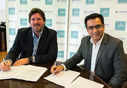 Hernán Pasman, COO - LATAM Airlines Group and Jitendra Sindhwani, President - Global Sales and Marketing, IBS Software, signing the contract in Santiago, Chile